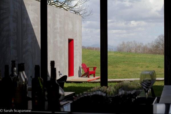Una delle celebri porte rosse di Antonello Colonna