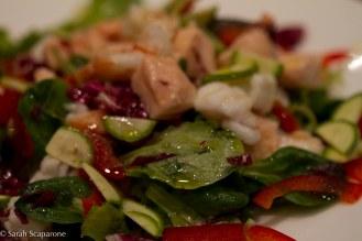 Insalata di pesce con verdure stagionali