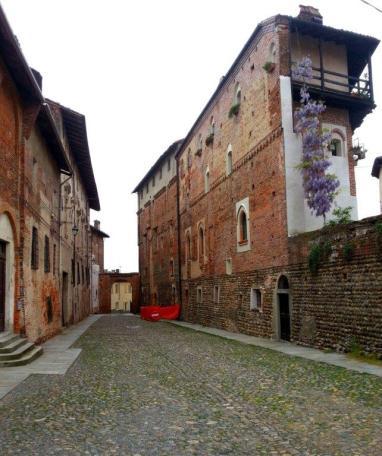 Castello consortile: via interna. Foto di Paolo Barosso