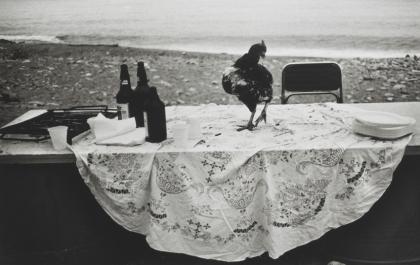 Letizia Battaglia, Nella spiaggia dell'Arenella la festa è finita, 1986, 40x50 cm