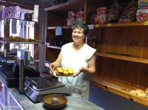 La Signora Marina prepara un vassoio di paste di meliga