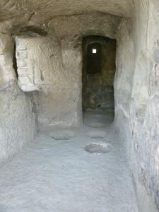 Cantina scavata nella roccia con i fori per l'interramento delle anfore