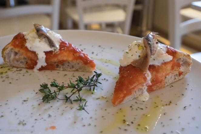 La Margherita con pomodoro pelato 100% italiano, fior di latte e acciughe del Mar Cantabrico