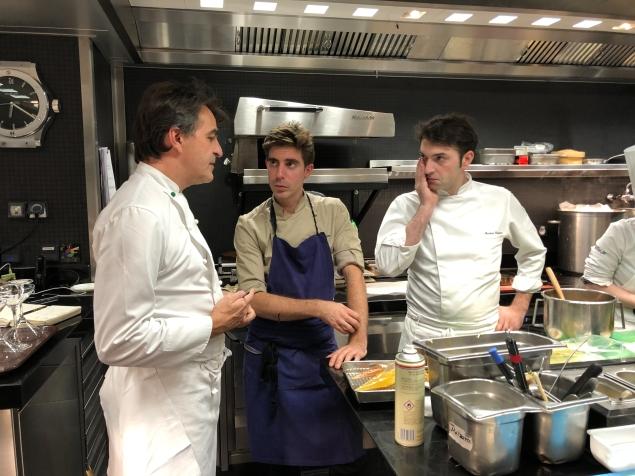 Yannick Alléno con François Poulain e Martino Ruggieri nelle cucine del Pavillon Ledoyen